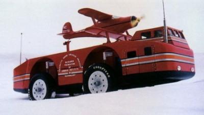 Snow Cruiser, uma autêntica obra de engenharia do final da década de 1930. Rodas gigantes e dois motores de 300hps, e sim, é um aviãozinho aquilo sobre a carroceria. Infelizmente o Snow Cruiser falho em se mover, simplesmente afundou as rodas na neve...