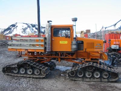 Trucker Sno Cat, ao contrário de alguns veículos que têm as rodas substituídas por esteiras, este caminhão foi desenvolvido para usá-las. Não tem terreno ruim para ele.