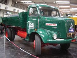 Este Henschel H-140 AK, de 1968, tem potência de 160 hp e transporta 8 t em sua carroceria basculante lateral