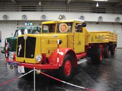 O grande cofre do motor do Faun 1955 esconde um seis-cilindros diesel refrigerado a ar