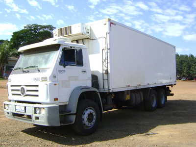 Caminhão com furgão de câmara fria, uma das ofertas do leilão da Coamo