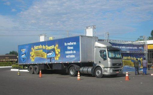 Caminhão usado para levar o cinema itinerante