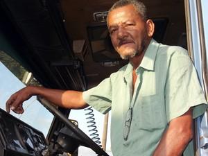 O caminhoneiro Onesmo Coelho enfrenta a Rua do Adubo há 20 anos.