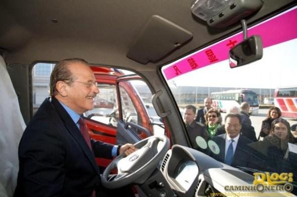 Governador testa veículo fabricado pela empresa chinesa
