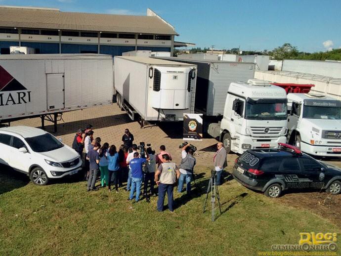 A polícia exibe carga de projetores de cinema recuperada depois de ter sido roubada do depósito da empresa Lumari, cujos donos foram presos por envolvimento no crime: butim de 35 milhões