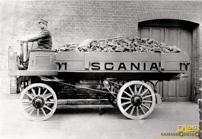 Scania_125_anos_1o_caminhao_Scania_com_motor_abaixo_do_motorista_em_1902