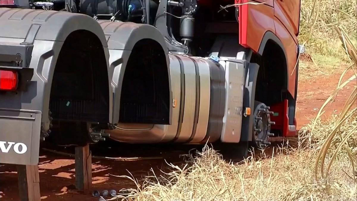 Ladrões rendem motorista e roubam dez rodas com pneus do caminhão zero KM