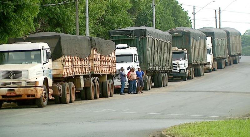 Caminhoneiros exigem indenização após espera de mais de 48h para descarga