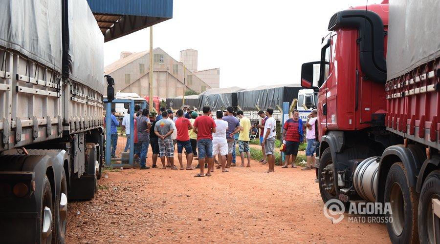 Cerca de 150 caminheiros bloqueiam entrada e saída de empresa de fertilizantes em MT