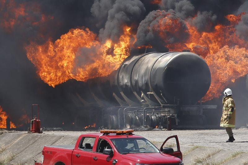 Nove caminhões-tanque foram queimados durante incêndio em Manguinhos