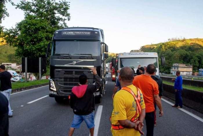 Segunda-feira teve protestos de caminhoneiros em algumas rodovias do país