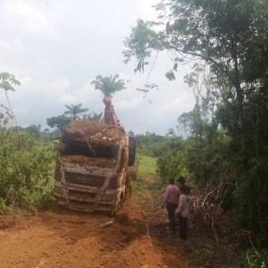 Polícia encontra caminhão roubado enterrado em propriedade de Novo Progresso-PA