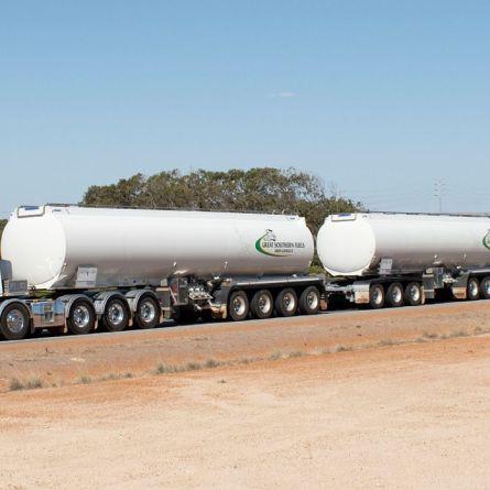 Conheça o Tieman Super Triple - O maior roadtrain para transporte de combustível da Austrália