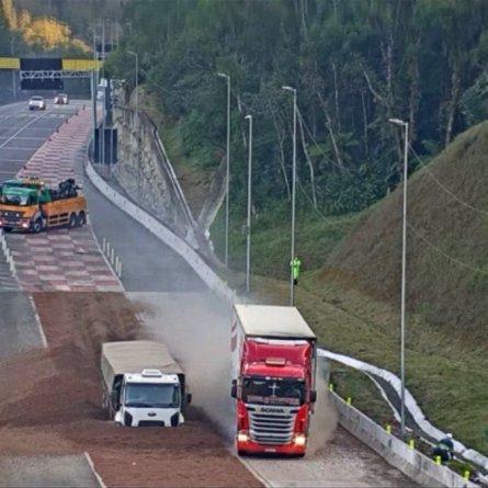 VÍDEO - Dois caminhoneiros usam área de escape praticamente ao mesmo tempo no Paraná