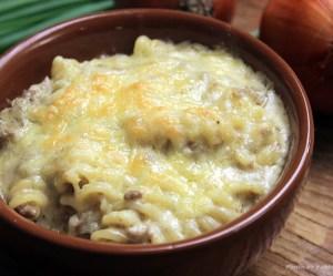 Macarrão com queijo e carne moída