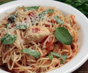 Espaguete com frango e tomate