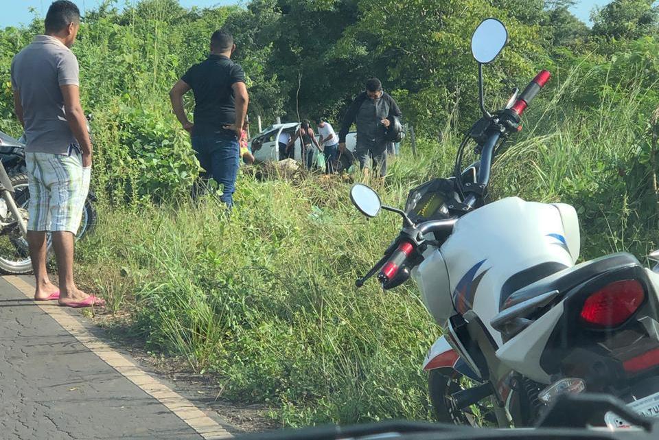 Carro capota na MA-106 no trecho Pinheiro/Santa Helena na manhã desta quinta-feira (16)