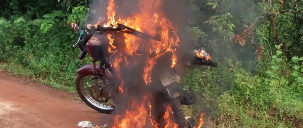 Baixada Maranhense – Moto de vendedor de pão pega fogo na zona rural de São João Batista