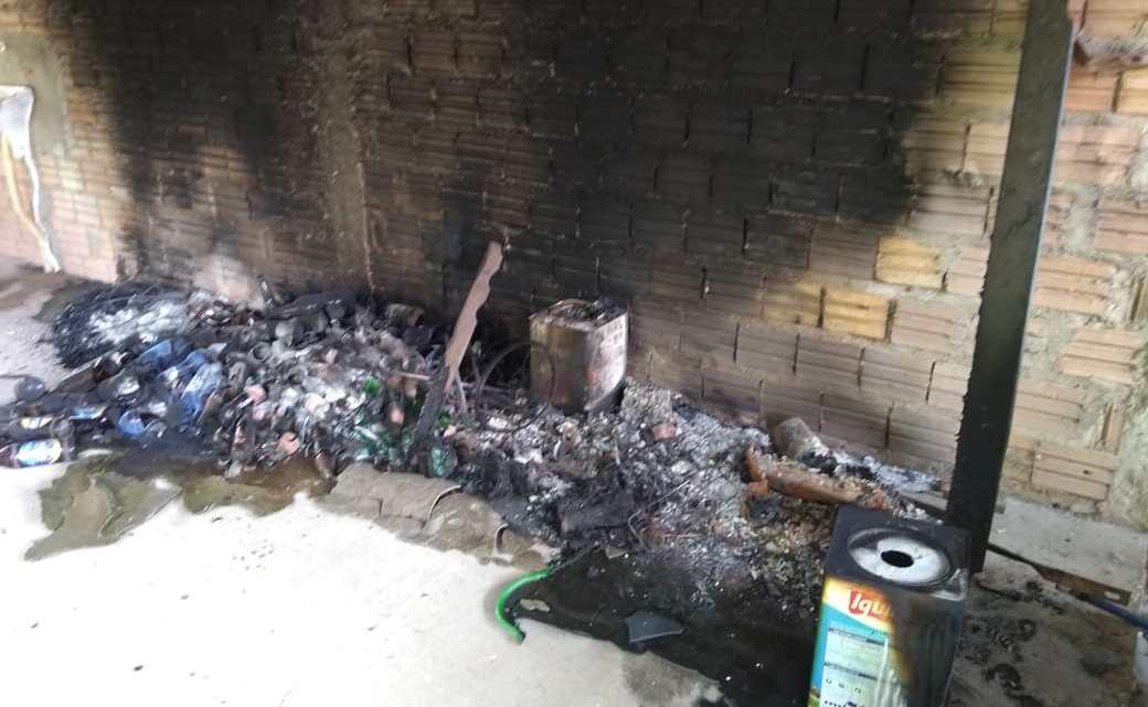 Vândalos tocam fogo em deposito na residência do vereador Beto de Ribão em Pinheiro