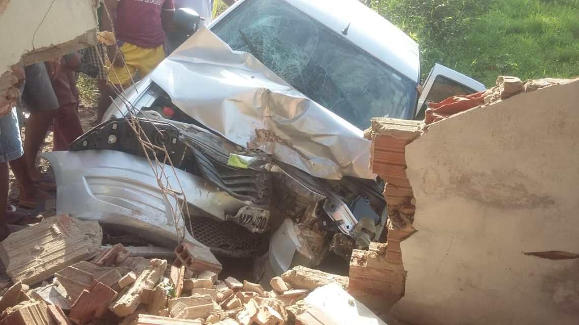 São Vicente Ferrer –  Motorista desvia de buracos, derruba parede e deixa pessoas feridas na manhã desta terça-feira (02)