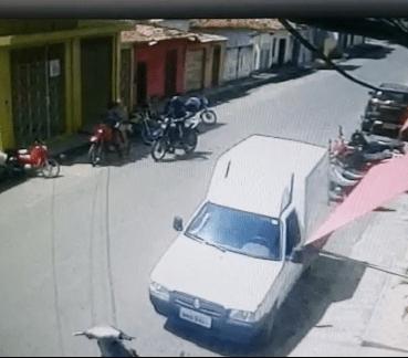 Vídeo – Câmeras de monitoramento, voltam a registrar bandido cometendo assalto em Pinheiro na manhã deste domingo (07)