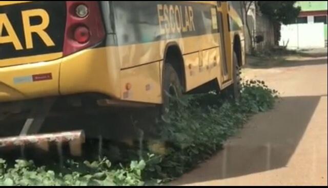 Descaso – Ônibus escolar do município de Pinheiro está abandonando a seis meses próximo ao hospital materno infantil