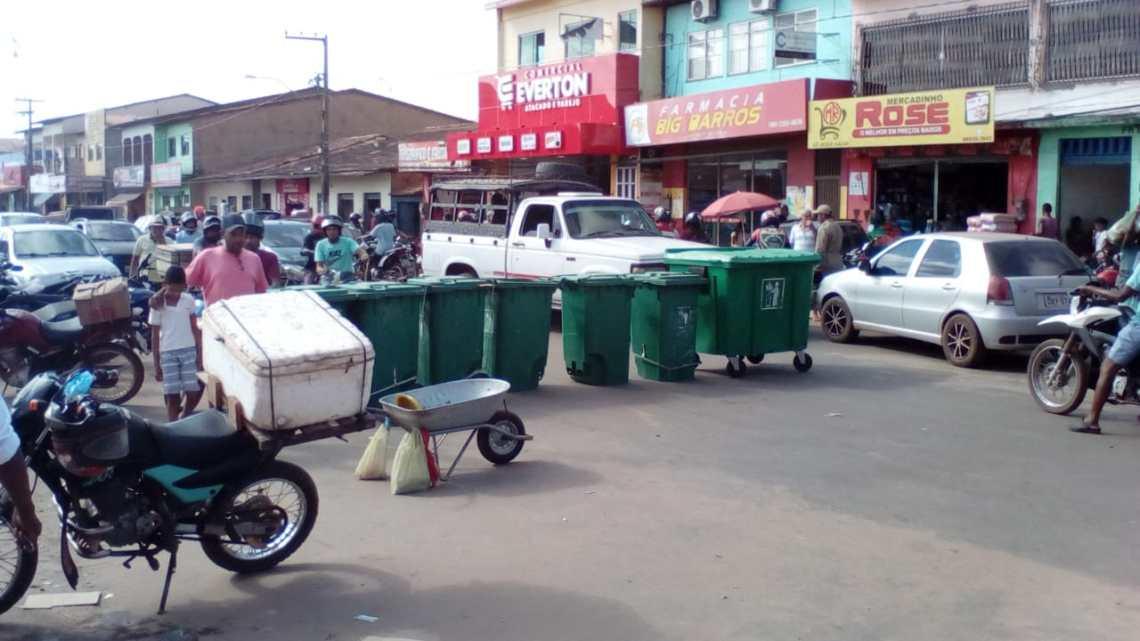 Vergonha – Falta de coleta de lixo levam feirantes a bloquear avenida na cidade de Viana