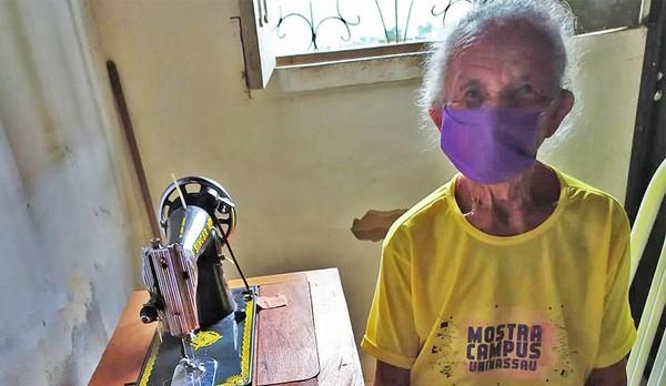 Idosa de 87 anos costura máscaras em casa e doa para vizinhos no Maranhão