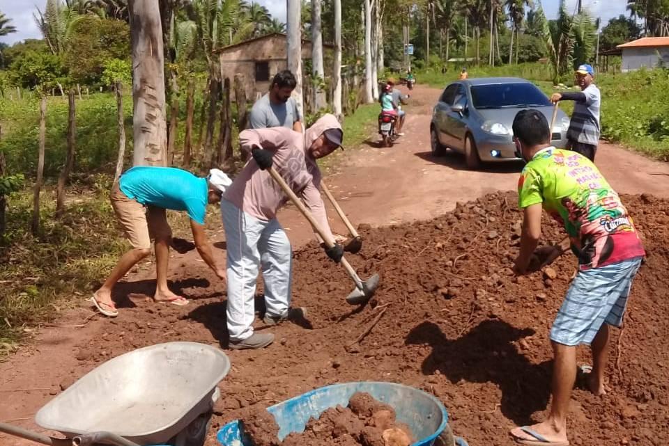 Calamidade – Na gestão de Luciano Genésio, moradores são obrigados a comprarem piçarra e arrumarem estrada por conta própria no povoado Ponta Branca