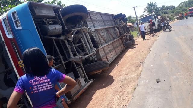 Urgente – Ônibus tomba no povoado Santa Rita, entre São João Batista e Olinda Nova do MA