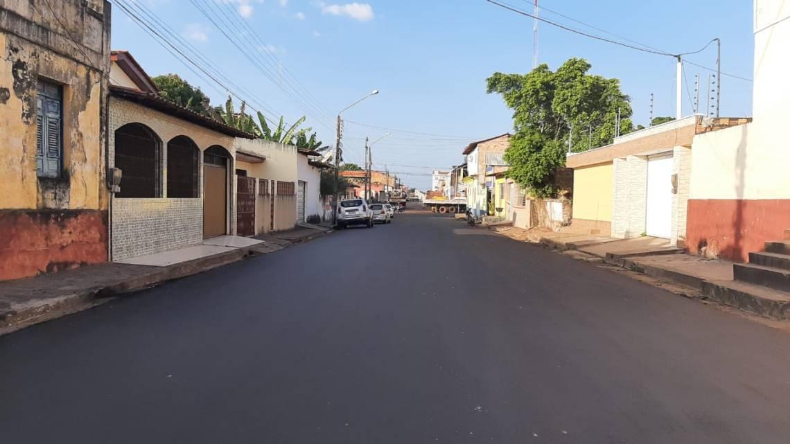 Por indicação de Leonardo Sá, governo do estado executa obras de pavimentação asfáltica em ruas de Pinheiro