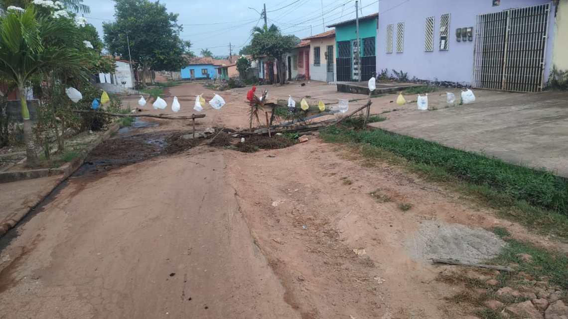 Vergonha – Revoltados com tanto descaso, moradores interditam rua Princesa Isabel no bairro Kiola Sarney em Pinheiro