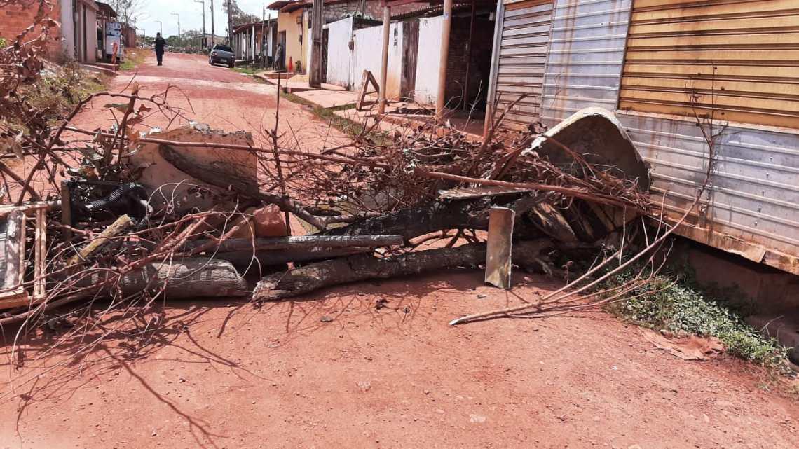 Revoltados com tanto descaso, moradores interditam rua no bairro Vila Filuca