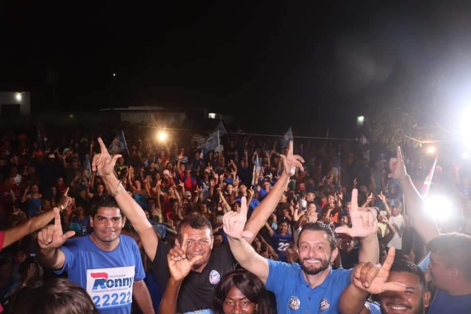 Leonardo Sá e Nesio Ferreira, arrastam multidão em comício na noite desta terça-feira no polo Santa Vitória Gama