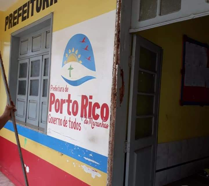 Moradora faz desabafo após vê de perto situação précaria do prédio da prefeitura de Porto Rico, que será entregue à nova gestão em total estado de abandono