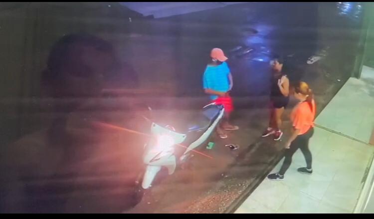 Câmera de monitoramento registra exato momento em que bandido toma motocicleta de assalto, na noite desta quinta-feira (11) em Pinheiro