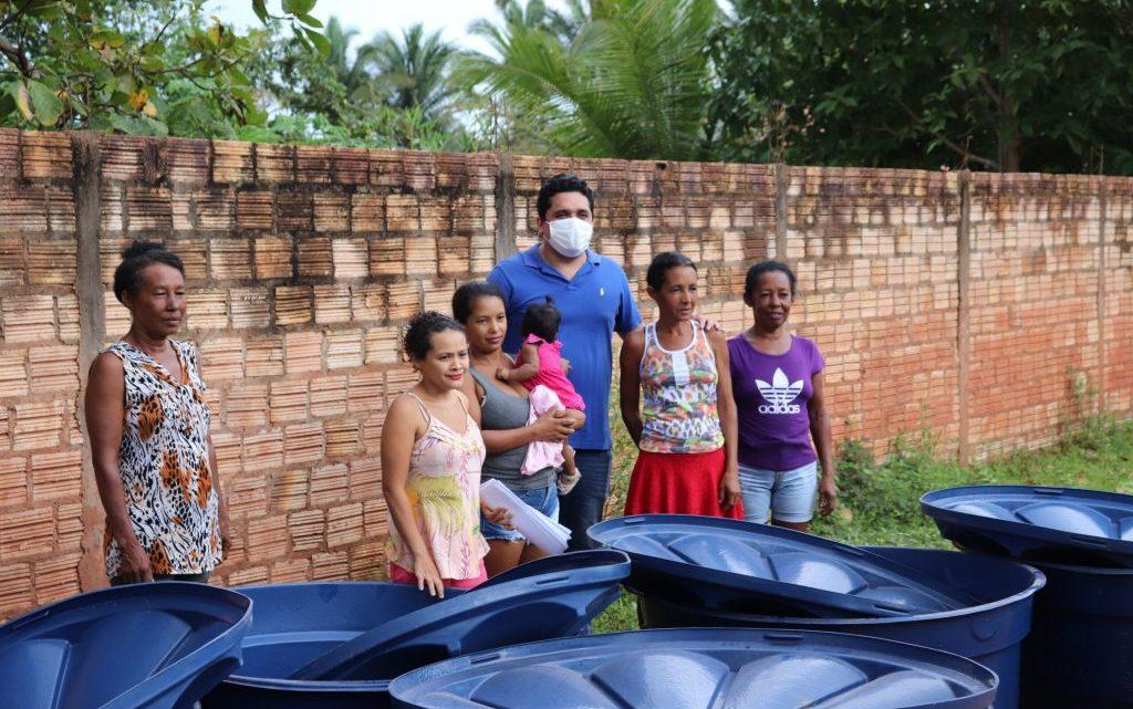 Pinheiro – Vereador Felipe de Chicão entrega 30 caixas d`agua em Vitória dos Bragas