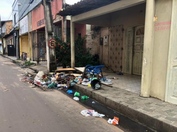 Moradores e comerciantes, reclamam de lixo acumulado em frente a secretaria de tributos no centro de Santa Helena a mais de três dias
