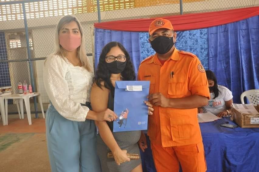"""Secretária de assistência social Jaqueline Luz, realiza entrega dos cartões do programa """"Minha Casa Melhor"""" nesta quinta-feira (12), em Porto Rico do Maranhão"""
