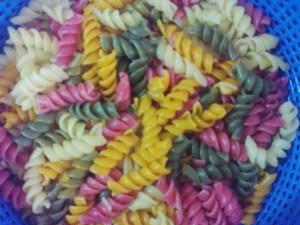 Salada de macarrão colorido III