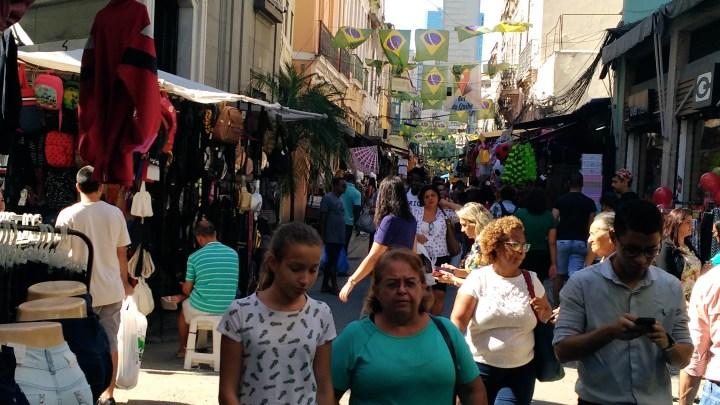 Na véspera da Copa, venda de camisas ainda não esquentou no Rio