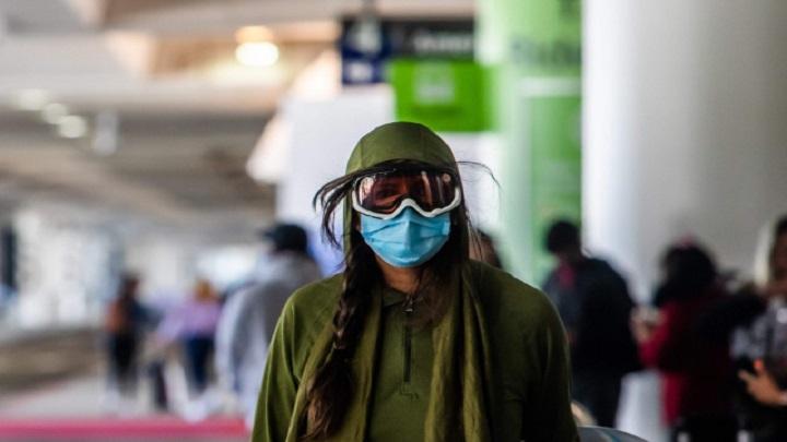 Deve-se usar escudos faciais ou óculos de proteção nos voos?