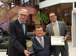 Da esquerda para a direita, os pesquisadores sêniores Dietmar Lilie e Rinaldo Puff com o gerente de P&D da Embraco, João Ernesto Schreiner