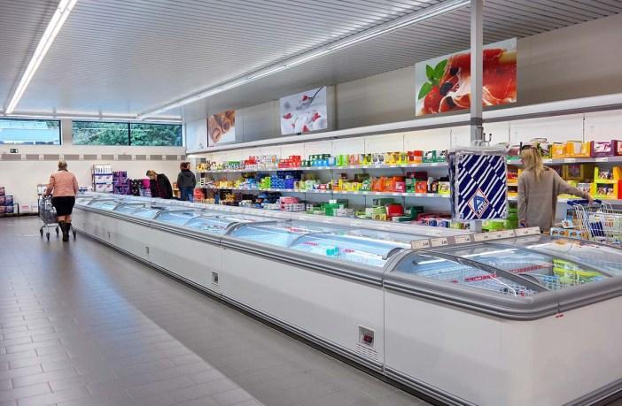 Seção de congelados em supermercado na Europa