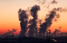 Chaminés emitindo poluentes agravantes das mudanças climáticas