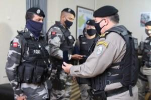 Policiais militares que socorreram mulher em trabalho de parto são condecorados com medalhas