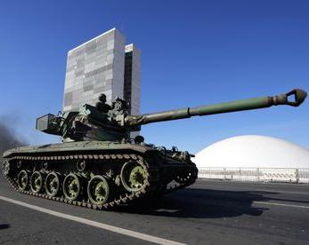 NEM COM BLINDADOS: A demonstração de força militar não fez a Câmara aprovar o voto impresso
