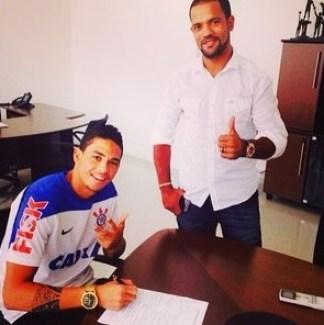 Luciano assina contrato no Corinthians ao lado do traficante Padrinho