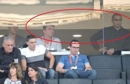 """Separados pelo vidro, de um lado Cristóvão e seu 'padrinho"""" Andres Sanches. Abaixo, Tite"""