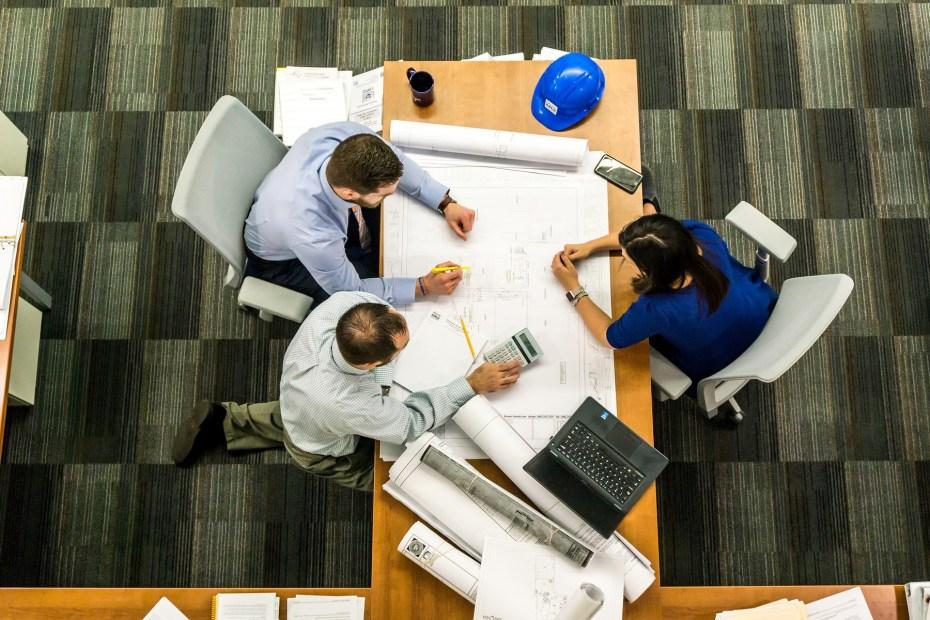 engenheiros fazem trabalho em equipe conceito people skills na engenharia